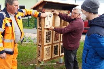 Mitarbeiter des Bauhofes und der Manufaktur haben das Insektenhotel aufgestellt.
