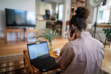 Frauen in Homeoffice. Oft sind sie in Teilzeit, aber trotzdem mehrfacher Belastung ausgesetzt.