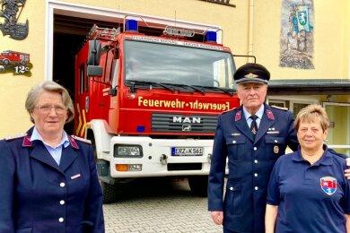 Wolfgang Roucka engagiert sich seit 60 Jahren bei der Freiwilligen Feuerwehr Bockau. Seine Frau Annelies (rechts) und Schwägerin Maritta Schmidt üben das Ehrenamt schon 50 Jahre aus.