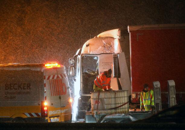 Auf der A4 zwischen Wüstenbrand und Hohenstein-Ernstthal rutschte am Mittwochabend ein Laster in den Seitengraben. Der Dieseltank wurde aufgerissen. Nachdem der Laster wieder auf der Fahrbahn stand, musste der Tank leergepumpt werden. In Richtung Erfurt war nur eine Fahrspur frei.