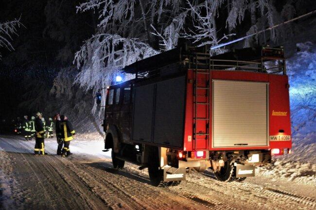 Einsatz auf der Mittweidaer Straße. Hier musste am Mittwochabend die Feuerwehr Sachsenburg-Irbersdorf ausrücken. Grund waren Bäume, die unter den Schneemassen umgefallen waren und die Straße versperrten.