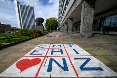 Die Buchstaben für Chemnitz stehen in einer Matrix auf dem Fußweg hinter dem Karl-Marx-Monument.