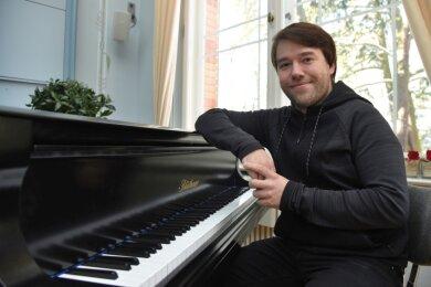 Sebastian Wildgrube am Klavier im Blauen Saal im königlichen Kurhaus in Bad Elster.