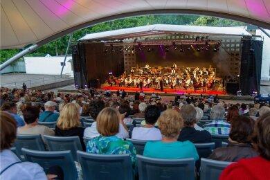 """999 Besucher lauschten und sahen am Samstag im Parktheater den Akteuren von """"Classics unter Sternen"""" zu."""