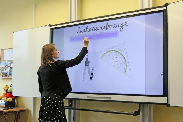 Eine Lehrerin der Zwickauer Nicolaischule an einer digitalen Tafel, wie sie jetzt Hohenstein-Ernstthaler Schulen erhalten.
