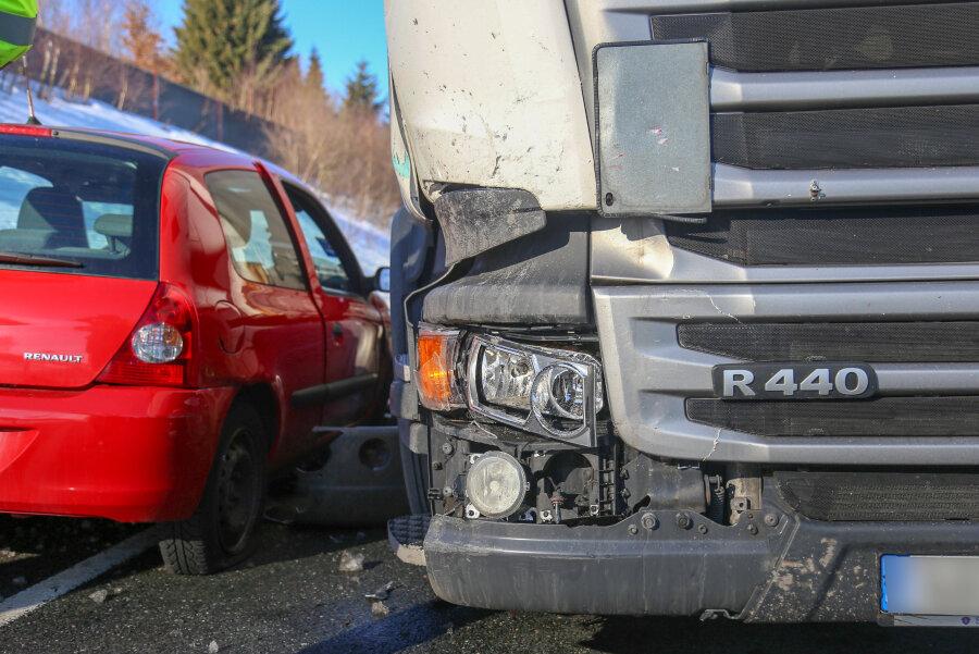 Zusammenstoß von Laster und Auto