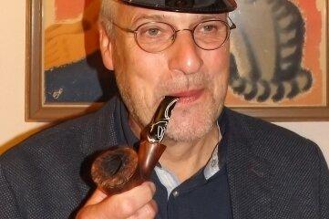 Stefan Schwarze im Prellbock mit einer der Mützen der Sammlung vom Prellbockchef Matthias Lehmann.