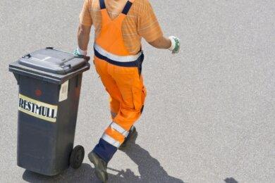 Die Diskussion um das Müllregime im Vogtland wirft ihre Schatten voraus. Seit es vor drei Jahren vereinheitlicht wurde, lieferte es immer wieder Anlass zur Kritik: von der Auslieferung der Mülltonnen mit Chip über zunehmend illegal entsorgten Müll bis zur angeblich möglichen Bestellung zusätzlicher Papiertonnen und verspäteten Zahlungserinnerungen.