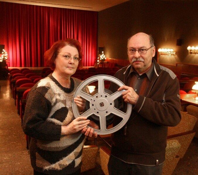 """<p class=""""artikelinhalt"""">Elke Leistner und ihr Ehemann Jürgen, der als Filmvorführer hilft, im gemütlich wirkenden Lichtensteiner Clubkino. </p>"""