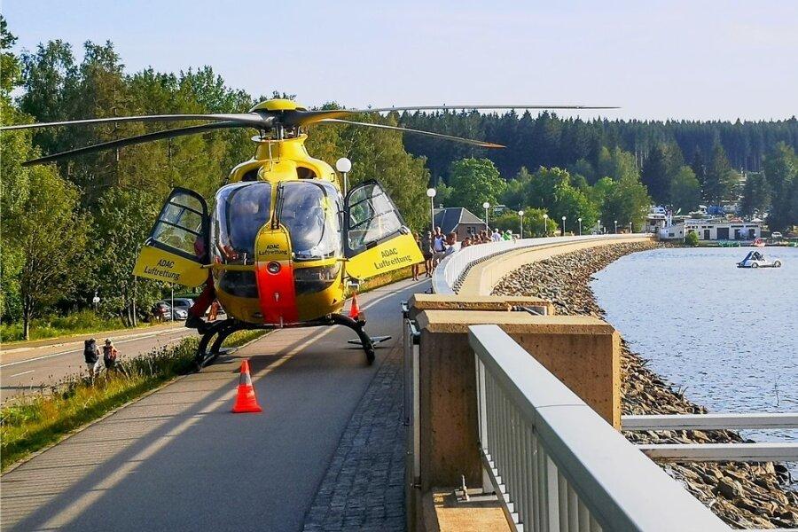 Rettungshubschrauber landet auf Stauweiher-Damm
