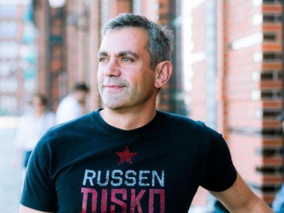 Der Schriftsteller Wladimir Kaminer ist zum Ehrenkünstler des König Albert Theaters Bad Elster ernannt worden.