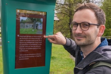 Reporter Georg Müller testet an der Hüttenpforte eine der Infosäulen.