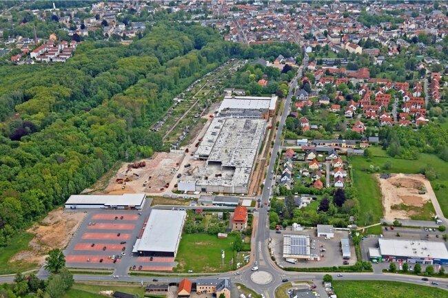 Rewe hat die Fläche zwischen dem Parkplatz des Lidl-Marktes und dem Wilhelm-Wunderlich-Park für eine Ansiedlung ins Auge gefasst. Im Hintergrund ist die Drews-Brache zu sehen, die momentan abgerissen wird.