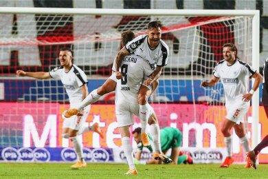 Jubel nach der 1:0-Führung: Leon Jensen beglückwünscht Vorbereiter Felix Drinkuth. Auch Torschütze Maximilian Wolfram (links) freut sich.