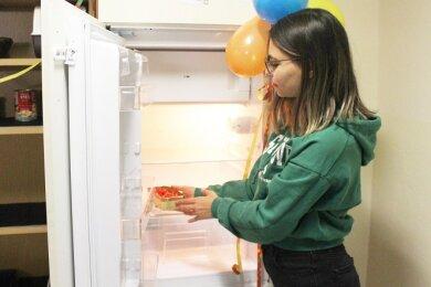 Studentin Rumeysa Sönmez stellt Lebensmittel in den Kühlschrank.
