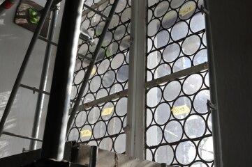 Die alten Fenster werden aufgearbeitet, neue sind davor geblendet.