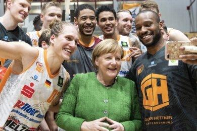 Die Kanzlerin 2019 in der Chemnitzer Hartmannhalle mit Spielern der Niners nach dem Heimsieg gegen Ehingen.