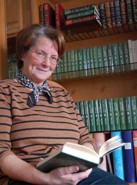"""<p class=""""artikelinhalt"""">Gisela Weller aus Klingenthal hat nicht nur 63 Bände einer Karl-May-Edition gesammelt. Die 66-Jährige hat sie auch alle gelesen. Die Begeisterung für Abenteuerromane, wie sie auch der Feder des Hohenstein-Ernstthalers entsprungen sind, hat ihr Bruder einst geweckt. </p>"""