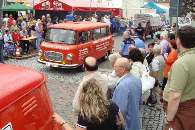 Einer der Höhepunkte des Stadtfestes war die Framo-Barkas-Parade am Samstagnachmittag. Fans der knatternden Motoren säumten den Marktplatz, um per Videokamera oder Fotoapparat ein gutes Motiv von den inzwischen selten gewordenen Gefährten zu erhaschen.