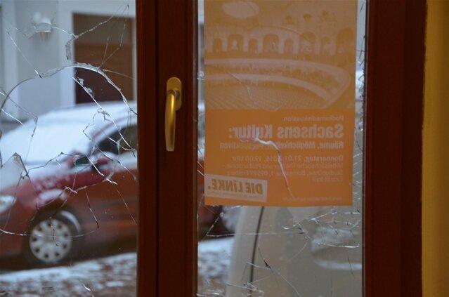Zerstörte Fensterscheiben im Büro der Landtagsabgeordneten