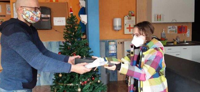 Klare Funke (11) aus Rochlitz bringt ihr Werk von letzter Woche und holt ihre neue Basteltüte ab. Vielleicht, sagt sie, schenkt sie diese ihrem kleinen Bruder.