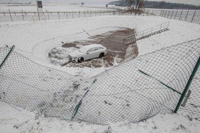 In einem Regenrückhaltebecken bei Brockau ist am Samstagabend ein Audi-Fahrer (37) gelandet.
