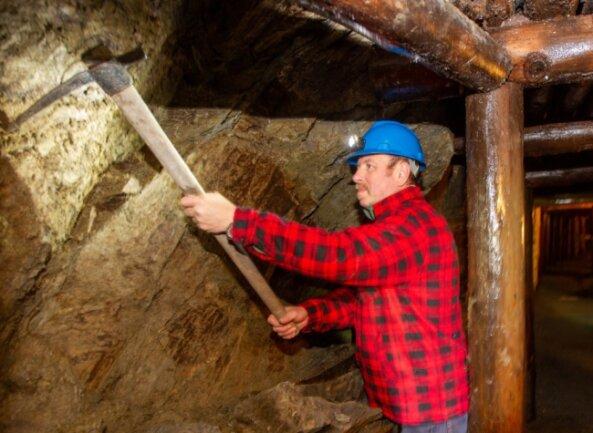 Steffen Gebhardt, gelernter Steiger und Schatzmeister im Bergknappenverein, hat bei der Sanierung der Brunnenstrecke mit Hand angelegt. Der Teil des Alaunbergwerkes wird weiter stabilisiert.