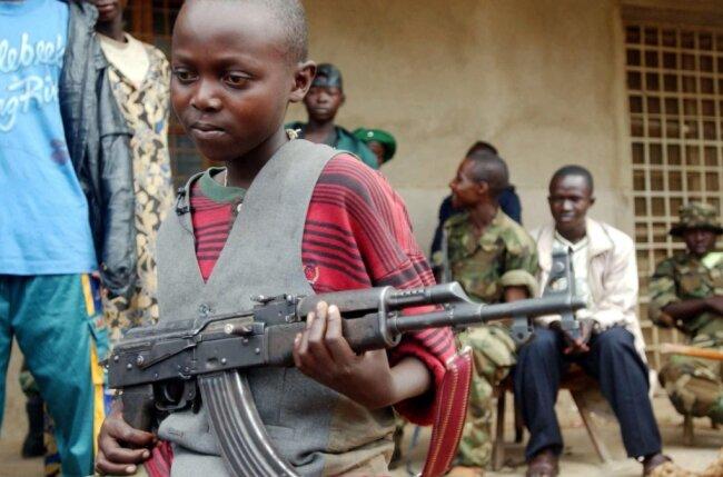Falls der Junge Roger, der vor einigen Jahren im Kongo fotografiert wurde, überlebt hat, ist er heute erwachsen. Der Schutz von Kindern in Krisengebieten und die Wiedereingliederung früherer Kindersoldaten in die Gesellschaft ist eine Aufgabe, die Politiker und engagierte Bürger in Chemnitz parteiübergreifend verbindet.