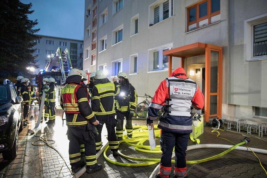 Beim Kellerbrand am 2. Mai in einem Wohnblock an der Maxim-Gorki-Straße war ein Großaufgebot an Rettungskräften, darunter 28 Kameraden der Feuerwehr Freiberg, im Einsatz. Drei Bewohner mussten ins Krankenhaus gebracht werden.