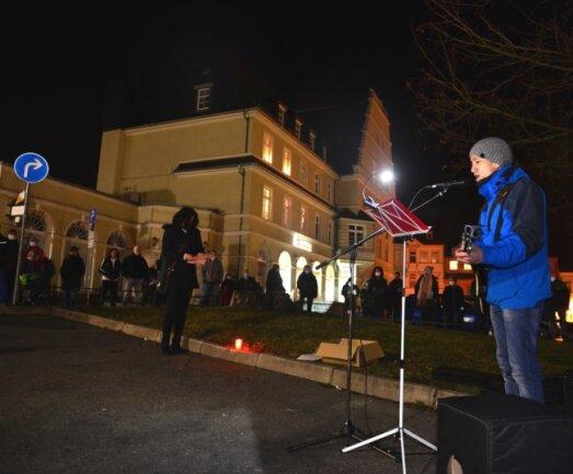 Nicolas Sihombing sang am Montagabend auf dem Gellertplatz in Hainichen bei der Demonstration gegen die aktuelle Corona-Politik auch Lieder zur Gitarre.