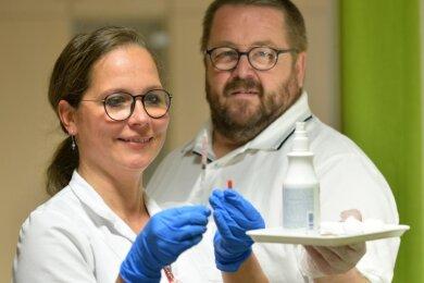 Allgemeinmediziner Frank Landgraf und seine Mitarbeiterin Jacqueline Lohse sind auf Corona-Schutzimpfungen in der Freiberger Praxis vorbereitet.