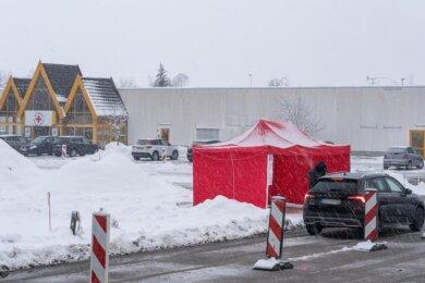 Das Impfzentrum in Eich ist für viele Menschen ohne Auto umständlich zu erreichen. Einige Initiativen haben deshalb jetzt private Fahrdienste organisiert.