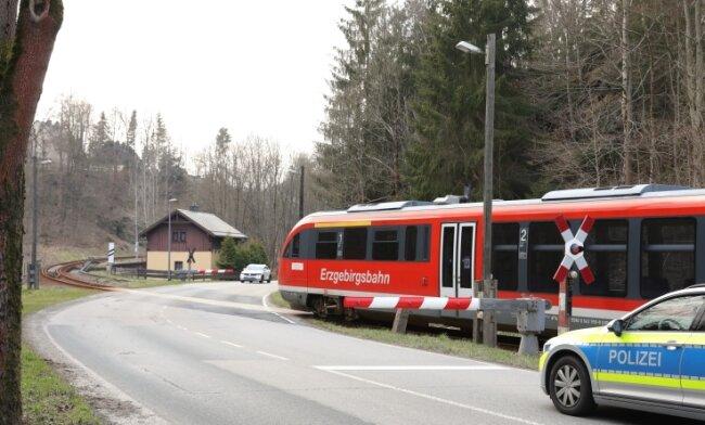 Ende Juni - in der Zeit des Schienenersatzverkehrs - soll auch der Bahnübergang in Antonsthal erneuert werden.