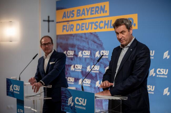 arkus Soeder, CSU-Vorsitzender und Ministerpräsident von Bayern spricht neben Alexander Dobrindt, CSU-Landesgruppenchef, nach der Sitzung der CSU Landesgruppe im neugewählten Bundestag.