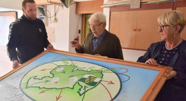 Kurt Weihe wird von seinem Enkel Marcel Rauschenbach und der Tochter Heike Rauschenbach bei seinem Vorhaben, ein Kunstwerk zum Thema Heimat zu fertigen, unterstützt.