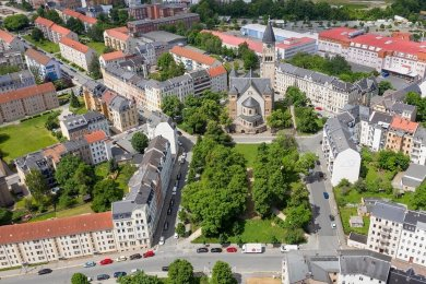 """Fixpunkt in Haselbrunn: die Markuskirche und der kleine Park vor dem Gotteshaus. """"Es ist ein prägendes Gebäude für den Stadtteil und die Stadt"""", sagt Plauens Stadtplaner Markus Löffler."""