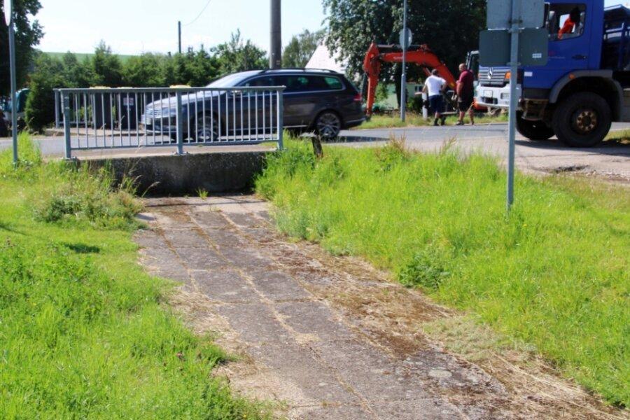 Die alte Brücke über dem Kunstgraben in Müdisdorf muss weichen. Eine neue entsteht in den nächsten Monaten mit spezieller Bauweise.