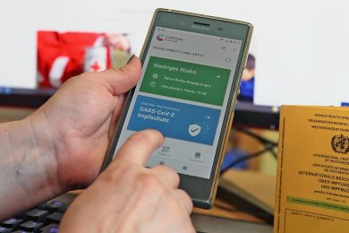 Etwas holpriger Start, aber das System funktioniert: Der digitale Impfnachweis fürs Handy ist seit Montag in Apotheken erhältlich.