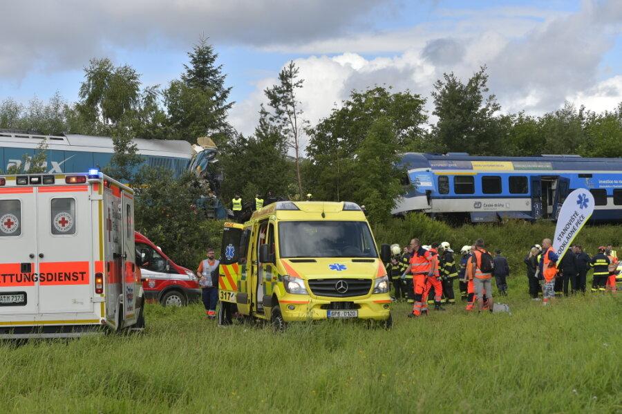Einsatzkräfte versammeln sich am Unfallort, an dem am Morgen zwei Züge in der Nähe des Dorfes Milavèe zwischen den Bahnhöfen Domalice und Blíejov zusammenstießen.