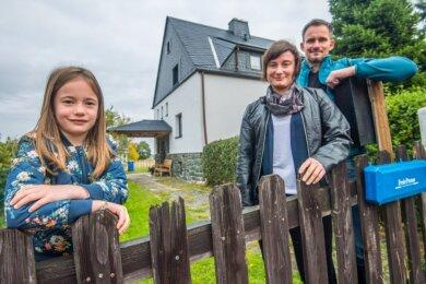 Seit 2016 wohnen André Prestin und Susanne Lasch mit ihrer Tochter Helene (von rechts) in Niederdorf. Sie haben ein altes Haus gekauft und in Eigenleistung umgebaut.