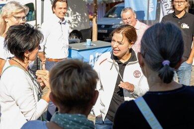 Frust ablassen bei Yvonne Magwas: Die CDU-Bundestagsabgeordnete diskutiert auf dem Auerbacher Wochenmarkt mit einer Gruppe von Coronakritikern. Im Hintergrund AfD-Kandidat Mathias Weiser.