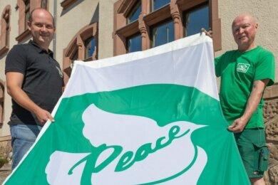 Thomas Hetzel und Uwe Hallbauer mit der Friedensflagge.