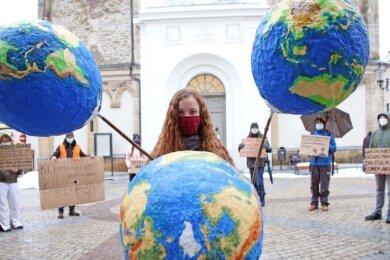 """Chayenne Bohlinger von Fridays for Future hielt gemeinsam mit anderen Mitgliedern des Bündnisses """"Freiberg klimaneutral"""" vor der Nikolaikirche eine Mahnwache ab."""