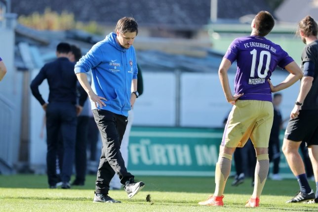 Hannes Drews (Mitte), Trainer des FC Erzgebirge, konnte nach der 1:2-Niederlage weder mit dem Ergebnis noch mit der Leistung seiner Mannschaft zufrieden sein. Mit Blick auf die nächste Partie gegen Regensburg forderte er, dass sich die Offensivabteilung steigern muss.
