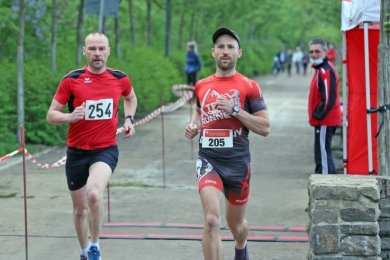 Das Foto zeigt zwei der fast 200 Teilnehmer, die sich am Samstag und Sonntag mit zeitlichem Abstand am Auftaktrennen der diesjährigen Zwickauer Laufserie beteiligten.