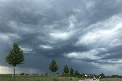Dunkle Wolken am Himmel über Reinsdorf, südöstlich von Zwickau.