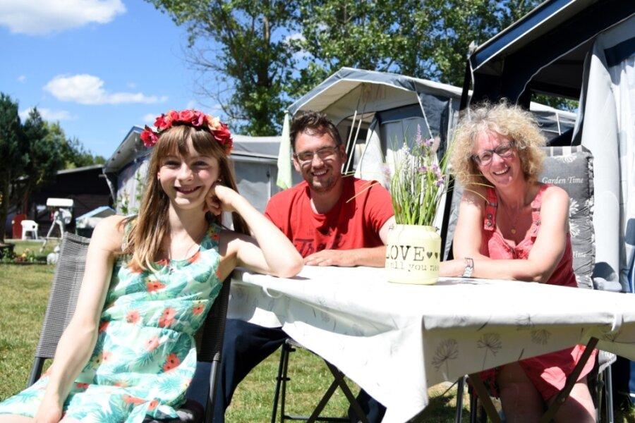 David Lohse (Mitte) aus Crimmitschau macht mit seiner Lebensgefährtin Kati Lindner und der gemeinsamen Tochter Luisa regelmäßig im Wohnwagen Urlaub an der Talsperre Pirk.