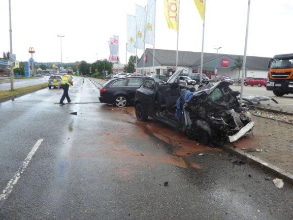 Die Fahrerin des Opel musste von der Feuerwehr aus ihrem Auto befreit werden.