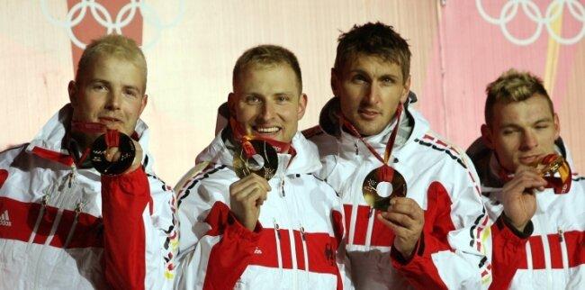 René Hoppe (2. von links) gewann bei Olympia 2006 Gold im Viererbob von André Lange (links) mit Kevin Kuske und Martin Putze (rechts). Dass er in Oelsnitz im Vogtland geboren ist, ist nahezu unbekannt.