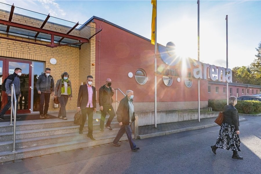 Die komplette fünfköpfige SPD-Fraktion sowie drei Grünen-Kreisräte - im Foto Wolfram Cüppers, Holger Haase, Ulrike Kahl, Jörg Neubert, Sören Wittig, Adelbert Gründig und Undine Fritzsche (v. l.) - verließen die Sitzung. Es fehlt Thomas Walther.